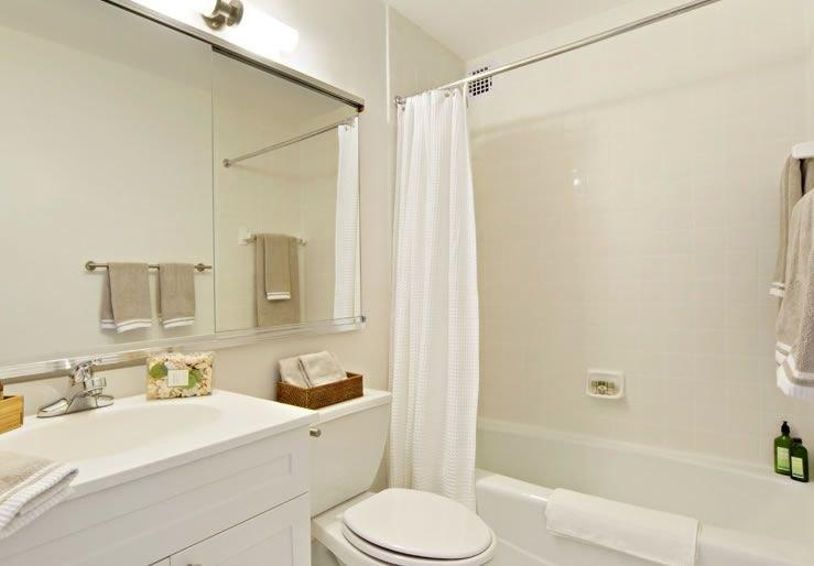 100 Gateway Plaza Apartment Bathroom