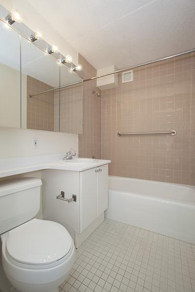 Apartments for rent at South Cove Plaza in Battery Park City - Bathroom