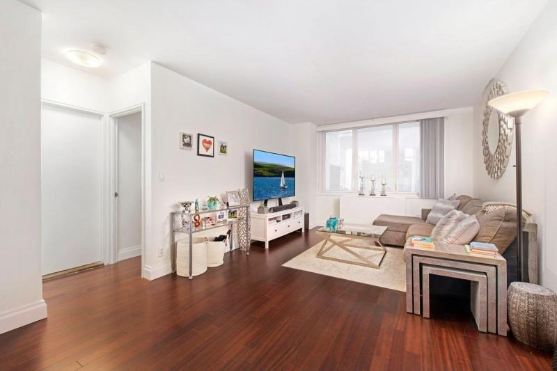 Apartments for rent at 212 East 47th Street - Livingroom