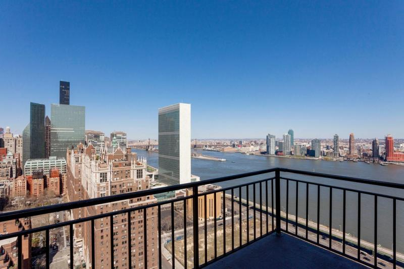 View at New York Tower in Murray Hill - Apartments for rent